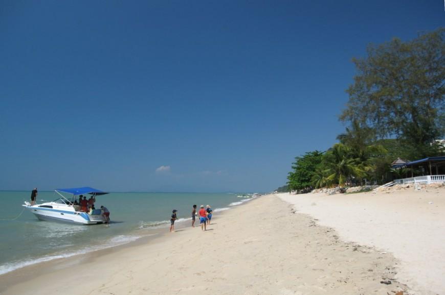 شاطئ باتو فرنجي في بينانج بماليزيا