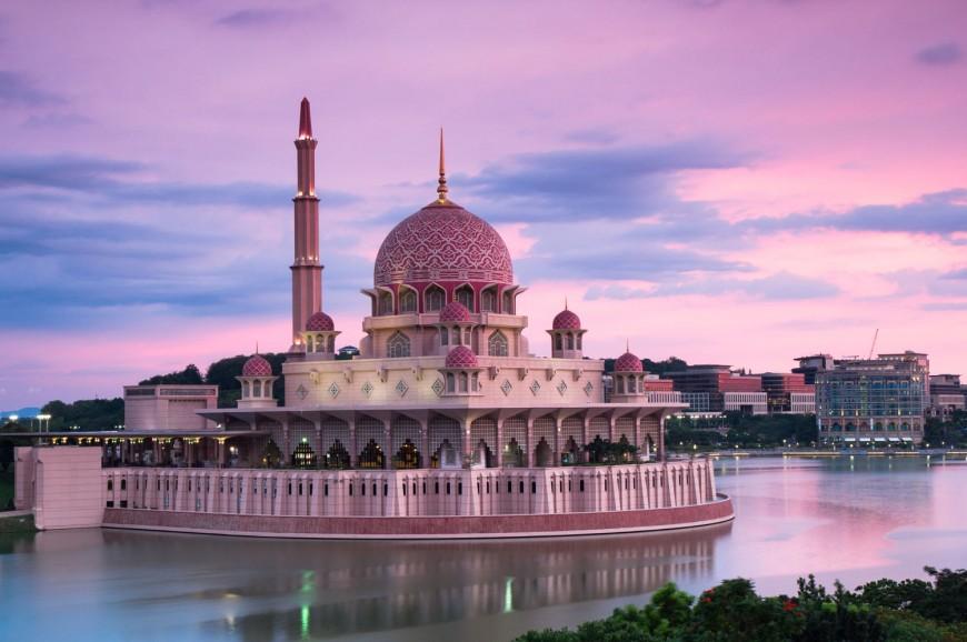 مسجد بوترا الاحمر في مدينة بواتراجايا ماليزيا